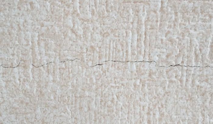 筆者の建売マイホーム天井の壁紙(クロス)のひび割れを撮影した写真画像:接写 ※壁紙のひび割れ(クロスのひび割れ)の対策解説用画像