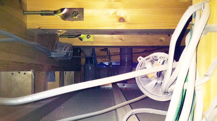 リビング天井の点検口から覗いた天井裏を撮影した写真画像 ※点検口の開き方(ひらきかた)解説画像8
