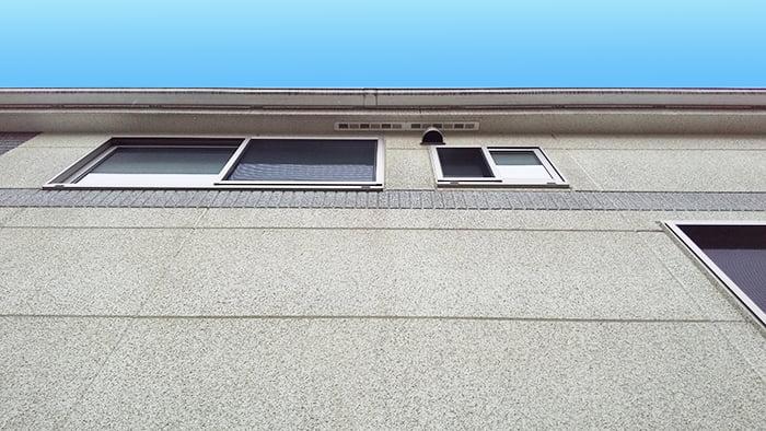 1Fから見上げた筆者の建売マイホームの2F窓を撮影した写真画像 ※窓から自分で行う屋根点検の方法解説画像1