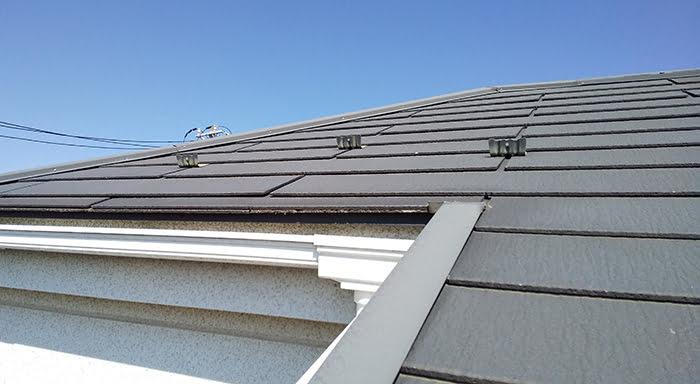 筆者の建売マイホームのバルコニーからの屋根点検のひとコマを撮影した写真画像 ※バルコニーから自分で行う屋根点検の方法解説画像1