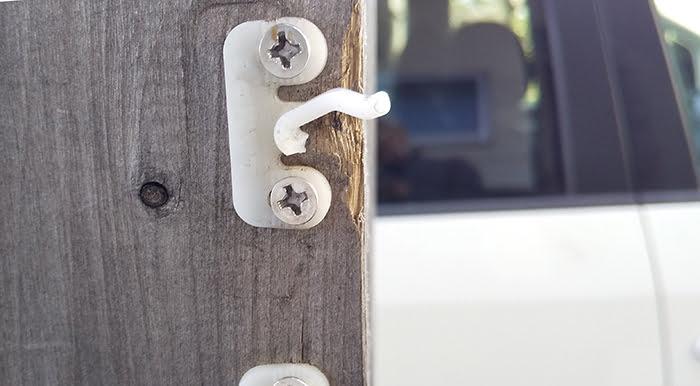 屋外柱に取り付けた上段ジュラコンキャッチ(メス)の破損を接写した写真画像