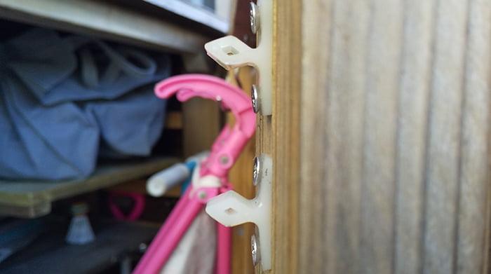 子供グッズ物入の正面扉上段のジュラコンキャッチ(オス)の微変形を撮影した写真画像