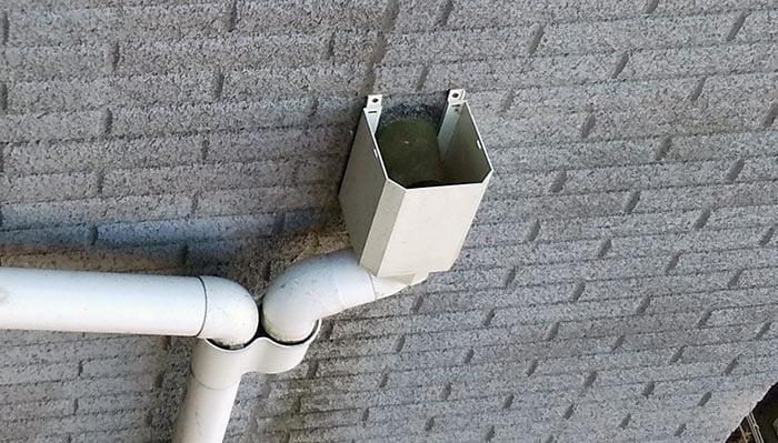 2021年現在の雨漏り関連個所:角ますと外壁の汚れ④見下げを撮影した写真画像※放置してしまった雨漏りの表面的な症状2
