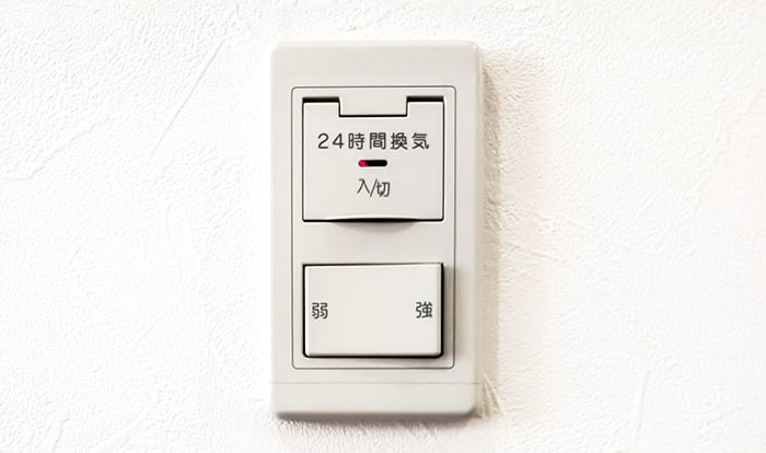 とある宅の24時間換気のスイッチ例を撮影した写真画像 ※略語「24H」表記の具体例