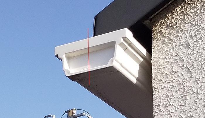 筆者の建売マイホームの軒樋を撮影したコメント入り写真画像:近景 ※現場での外観形状から実際の雨樋の種類の調べ方解説用画像2