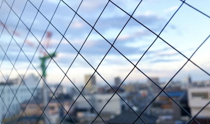 とある透明網入りガラスを撮影した写真画像:略語PWの例