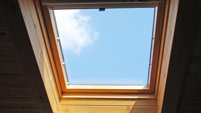 透明ガラスの略語「F」もしくは略語「P」のイメージを撮影した写真画像 ※天窓ですので実際にはただの透明ガラスではありません