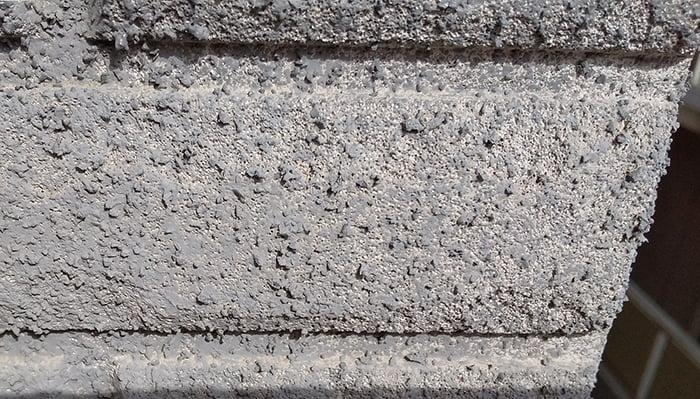 上段外壁に広範囲に見られるALC素地を撮影した写真画像①補正前 ※雨漏りの原因調査の詳細分析画像1