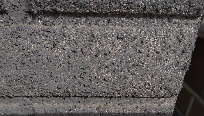 上段外壁に広範囲に見られるALC素地を撮影した写真画像②補正前 ※雨漏りの原因調査の詳細分析画像2