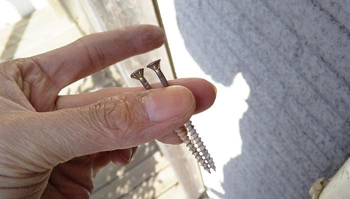雨樋部材角ます上段の固定に使われていたビス ※雨漏りの原因の調査チェックポイント解説画像07-2