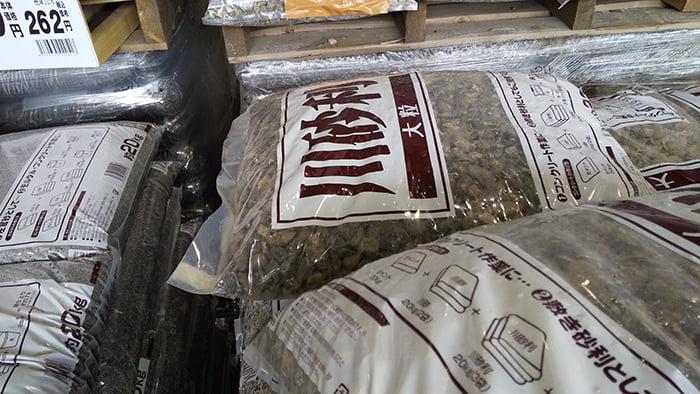 防犯砂利をお安く済ませる代替砂利:神奈川近郊のとあるホームセンターさんの川砂利の近景