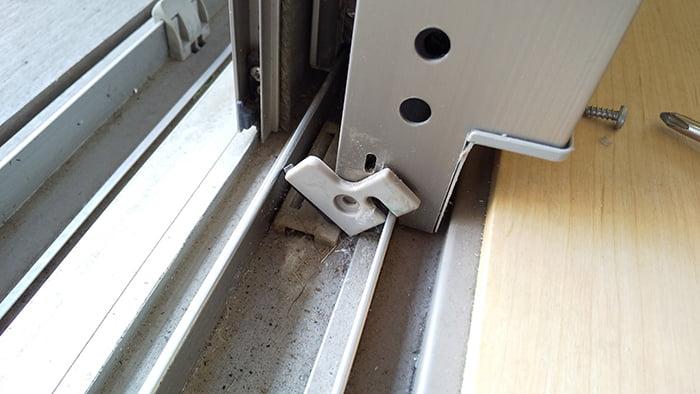 窓サッシのキュルキュル(音鳴り)改善に係るシリコンスプレー噴射に際しサッシ外れ止め?を外している最中