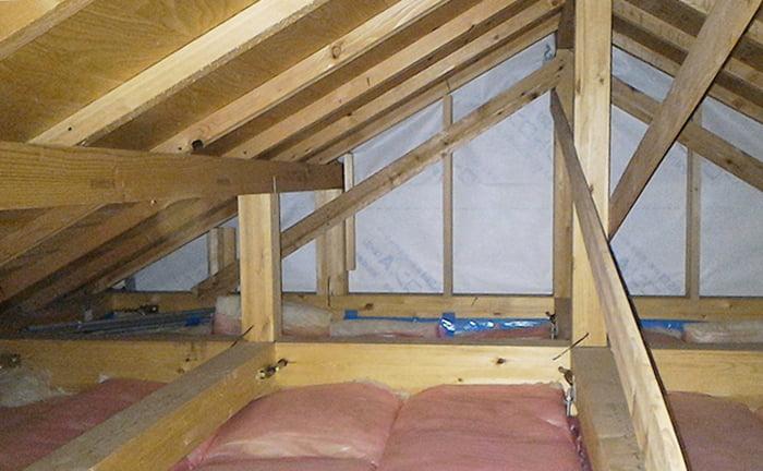 参考画像:筆者の建売マイホームの小屋裏を撮影した写真画像01(勾配屋根の最上階天井裏) ※アミメニシキヘビはいつ、どこから屋根裏に戻った?検証&解説画像14