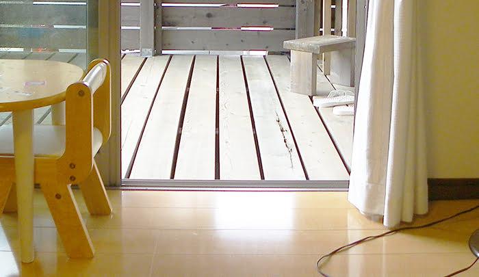 フローリングの重ね張りと掃き出し窓との取合い01を撮影した写真画像 ※筆者の建売マイホームでの段差処理後の写真