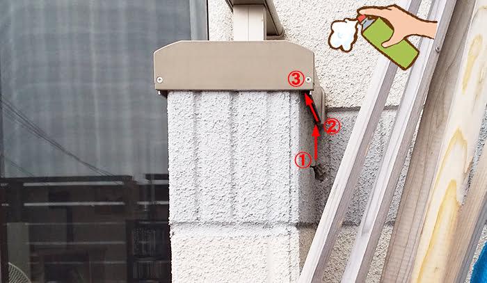 ハッカ油作戦①のアシナガ蜂の巣を撮影した写真画像に噴射位置とその後のアシナガバチの動線を図示した解説コメント入り写真画像