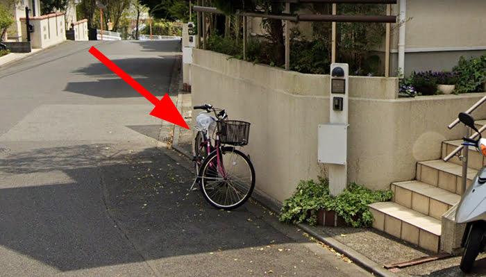 路上に停められた自転車例を撮影した写真画像01 ※建売で後悔しないための注意点「4条」解説画像5