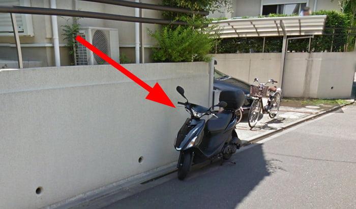 路上に停められた自転車を撮影した写真画像例03(原動機付自転車) ※建売で後悔しないための注意点「5条」解説画像6