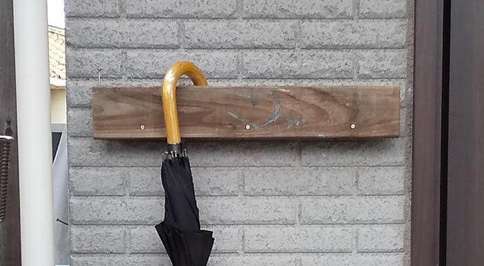 筆者の建売マイホームの小汚い傘立てならぬ傘掛けを撮影した写真画像02:近景