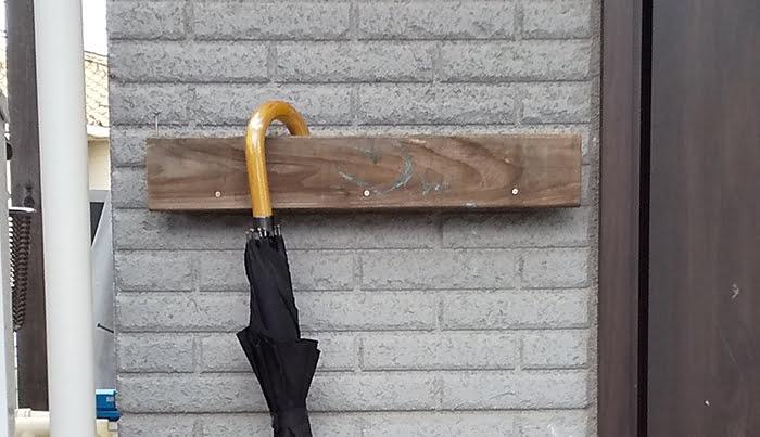 筆者の建売マイホームの小汚い傘立てならぬ傘掛けを撮影した写真画像03:近景2