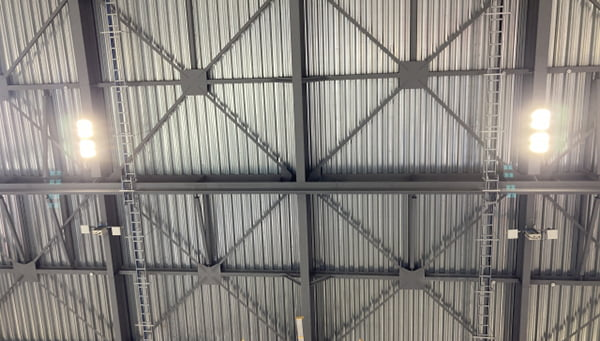 とある倉庫建物の折板屋根の露出天井を撮影した写真画像(見上げ)