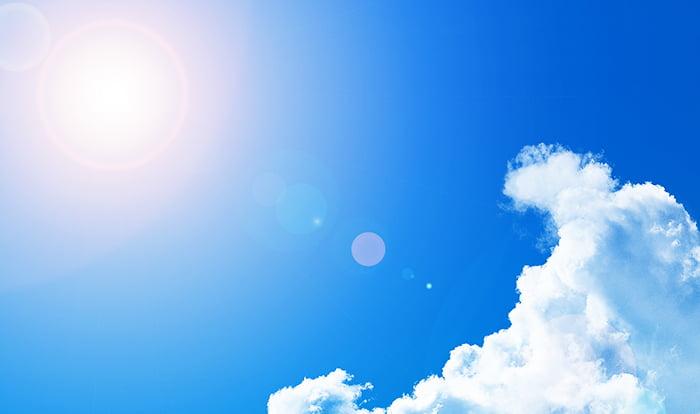 挿絵:カンカン照りの炎天下でのポリカーボネート(ポリカ)の熱による変形をイメージさせる写真画像