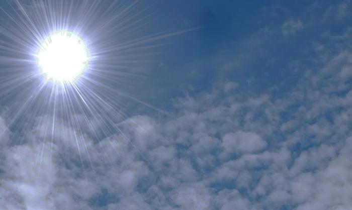 挿絵:曇りがちな炎天下でのポリカーボネート(ポリカ)の熱による変形をイメージさせる写真画像