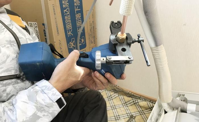 とあるお宅の新規取付の際のエアコン配管の加工風景を撮影した写真画像