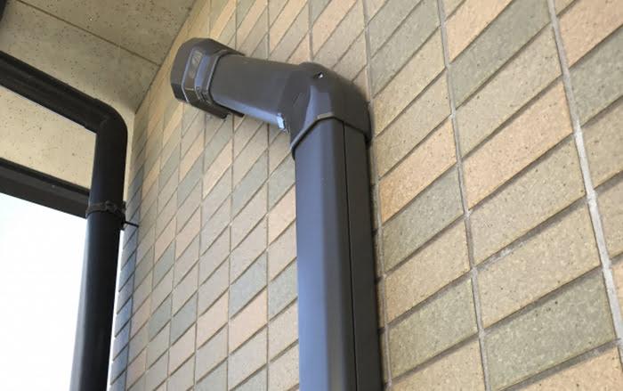 とあるお宅のエアコンの配管カバーを撮影した写真画像 ※エアコンの配管カバーは必要か?挿絵