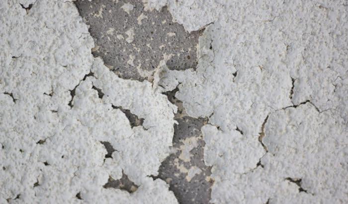 とあるお宅の外壁塗装(吹付け)の著しい剥がれを撮影した写真画像