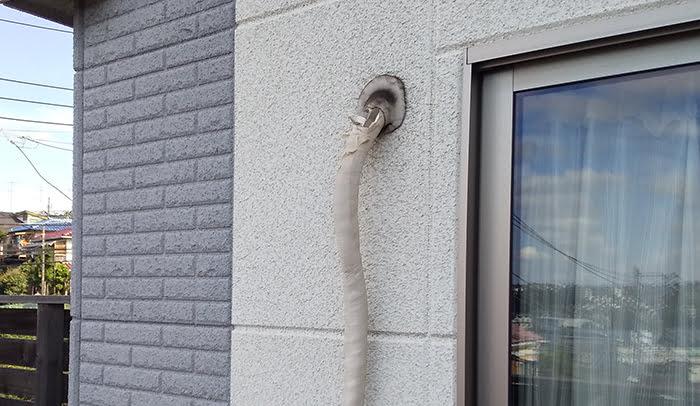 2F洋室Bバルコニー室外機のエアコン配管を撮影した写真画像1:中景 ※エアコンの配管カバーは必要か?検証&分析写真01
