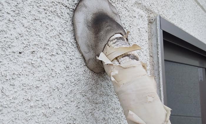 2F洋室Bバルコニー室外機のエアコン配管を撮影した写真画像3:近景2 ※エアコンの配管カバーは必要か?検証&分析写真03