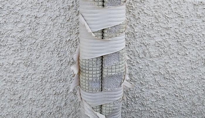 2F洋室Cバルコニー室外機のエアコン配管を撮影した写真画像3:近景1 (中~下段) ※エアコンの配管カバーは必要か?検証&分析写真06