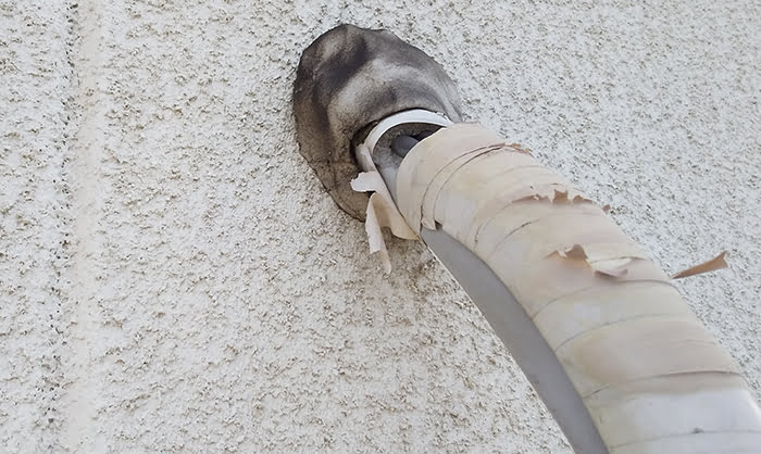 2F洋室Cバルコニー室外機のエアコン配管を撮影した写真画像4:近景2 (上段、壁からの取り出し部) ※エアコンの配管カバーは必要か?検証&分析写真08