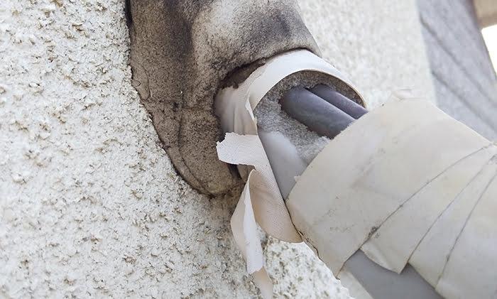 2F洋室Cバルコニー室外機のエアコン配管を撮影した写真画像5:接写 (上段、壁からの取り出し部) ※エアコンの配管カバーは必要か?検証&分析写真09