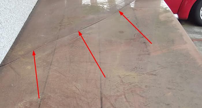 子供用の屋外物入屋根に見られるポリカーボネート(ポリカ)の熱変形によるものと思われる割れを撮影したコメント入り写真画像②