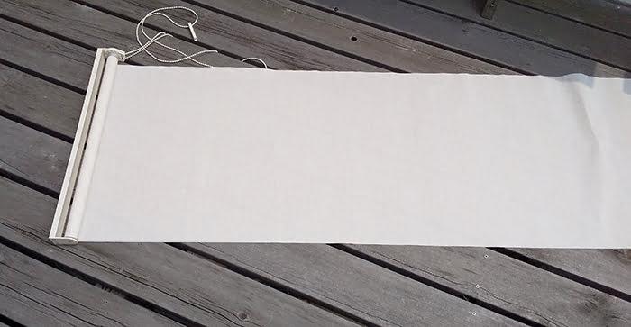分解するニトリさんのロールスクリーンを撮影した写真画像