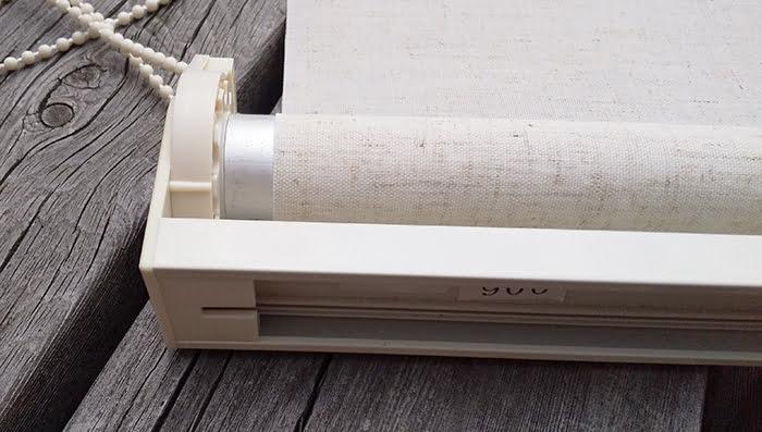 分解するニトリさんのロールスクリーンの観察2 :上部部材端部を上側からを撮影した写真画像1