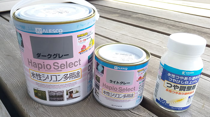 今回の雨漏り修理のために用意した塗料関係を筆者の建売マイホームの1Fウッドデッキ上で撮影した写真画像