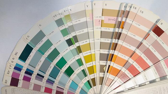 外壁塗装や雨漏り修理に関わらず、通常の色合わせで使用する塗装色サンプルを撮影した写真画像