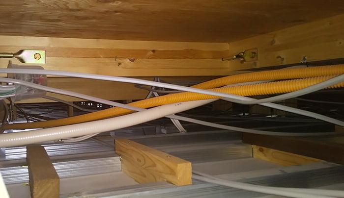 ユニットバスの天井点検口からみた隣室の天井裏を撮影した写真画像 ※天井裏や屋根裏にどこから入るのか?という人向け、点検口を利用した天井裏や屋根裏の入り方解説写真1B