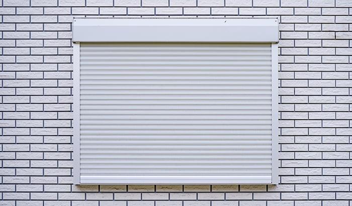 とあるお宅のシャッター付の引き違い窓(腰窓タイプ)例を撮影した写真画像 ※引き違い窓の種類と形状解説写真5