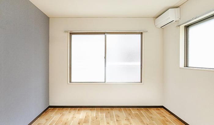 とあるお宅の引き違い窓( 腰窓 タイプ)の内観を撮影した写真画像 ※引き違い窓の種類と形状解説写真7