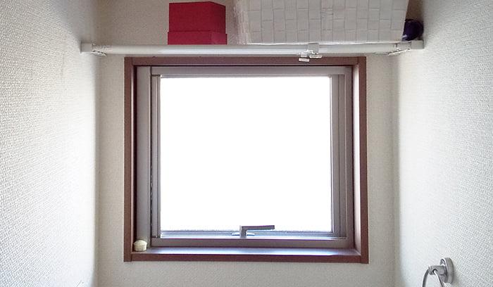 筆者の建売マイホームの横滑り出し窓(内観)を撮影した写真画像 ※カムラッチハンドル