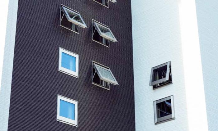 とあるお宅の半開き状態の数個の横滑り出し窓を撮影した写真画像