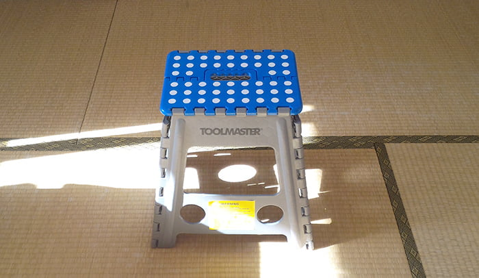 磁石(マグネット)による天井下地探しで使用した踏み台を撮影した写真画像 ※磁石(マグネット)での天井下地探しの注意点解説用画像4