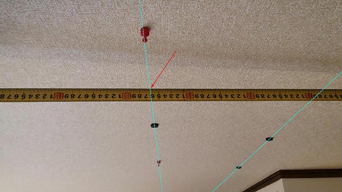 2本の天井下地ラインと位置の計測を撮影したコメント入り写真画像 ※磁石(マグネット)での天井下地の実際の探し方の解説画像17