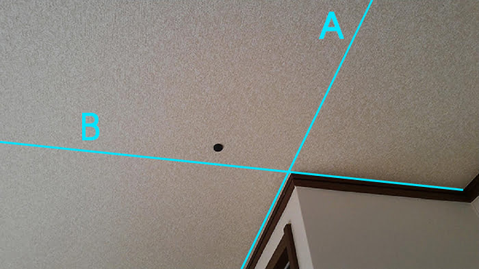 磁石(マグネット)での天井下地探し取っ掛かりの当たりの付け方例を撮影した写真画像中にコメントとして書き込んだ解説用写真画像 ※磁石(マグネット)での天井下地の実際の探し方の解説画像3
