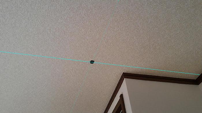 最初に見つけたビス(ねじ)頭に貼った磁石(マグネット)と想定される天井下地の方向を撮影したコメント入り写真画像 ※磁石(マグネット)での天井下地の実際の探し方の解説画像5