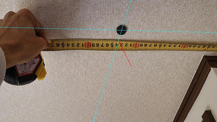 1個目のビス(ねじ)頭の縦方向ラインの位置の計測を撮影したコメント入り写真画像 ※磁石(マグネット)での天井下地の実際の探し方の解説画像6