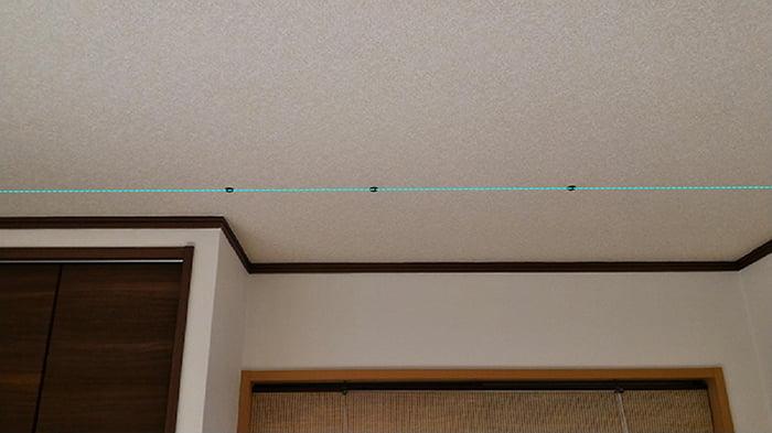 3個のビス(ねじ)頭の磁石(マグネット)がほぼ真っすぐに並んでいる様子を撮影したコメント入り写真画像2:横から撮影 ※磁石(マグネット)での天井下地の実際の探し方の解説画像9